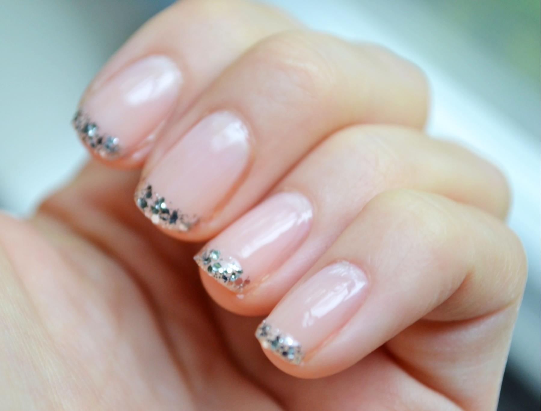 Ногти френч с блестками на короткие ногти